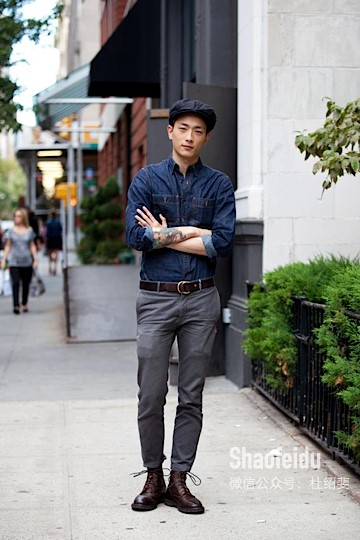 A men with a casual belt