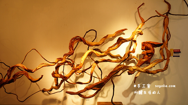 leather works with the form of sculpture, which parts used in leather cord to stand out.