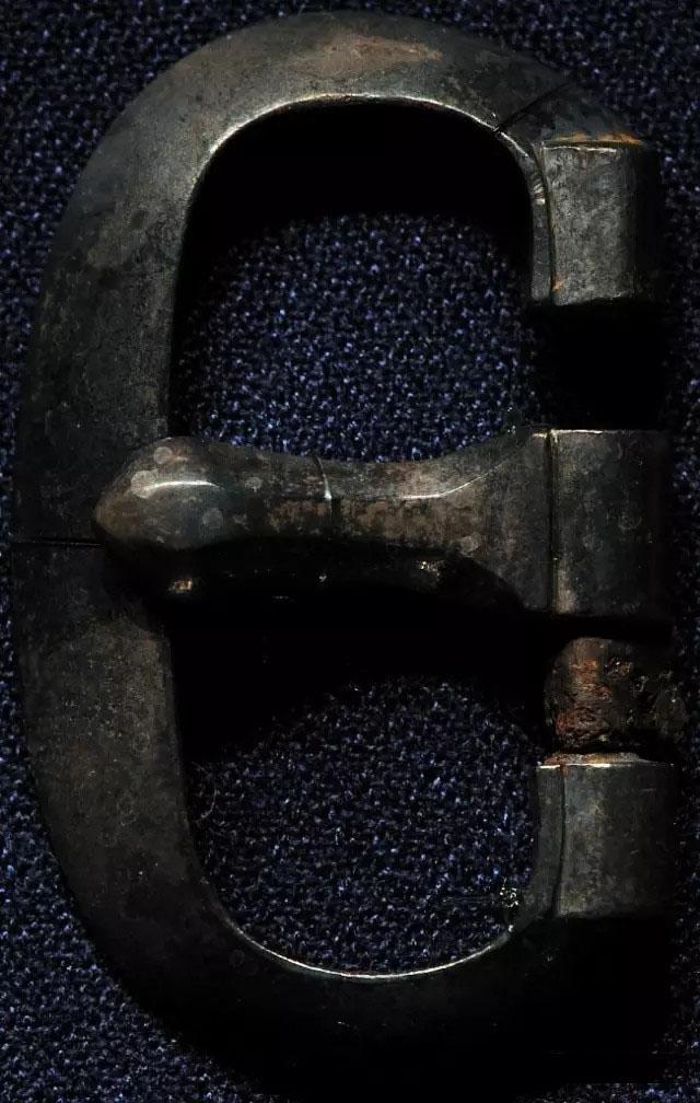 The metal buckle